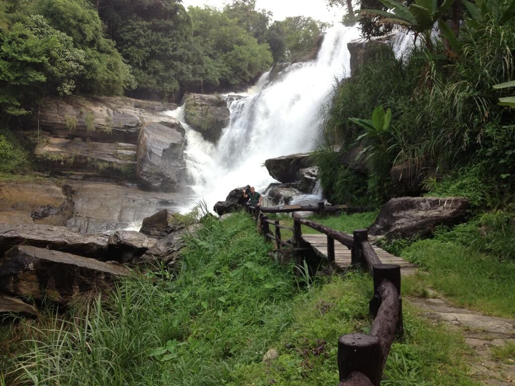Flot vandfald ved thailands højeste bjerg
