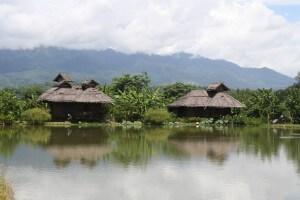 Bungalows ved fiskesøen i Pai