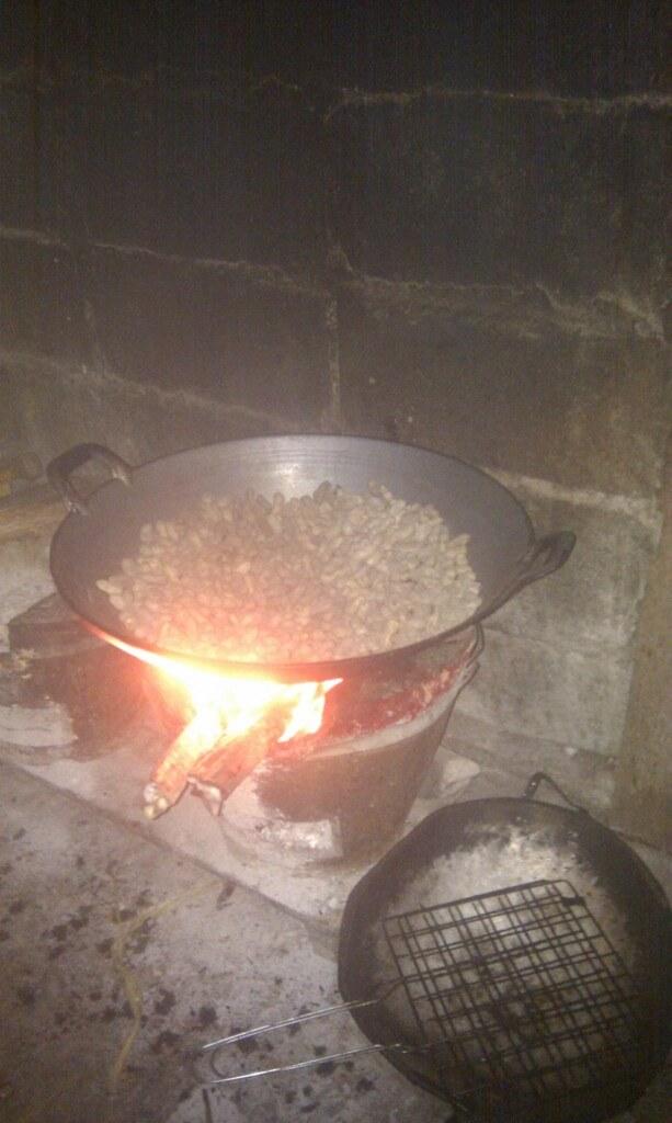 Om aftenen blev der ristet peanuts over ild stedet