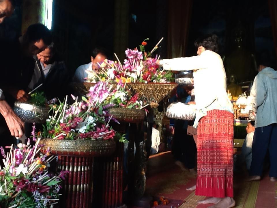 der bliver givet blomster og røgelsespinde inde i templet