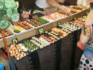 Sushi på Sunday marked 5 baht stykket (1 kr)...