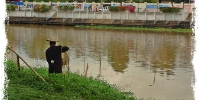 Fiskeri med kastenet i floden Ping i Nordthailand