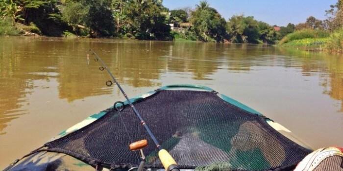 Kajakfiskeri på floden Ping River