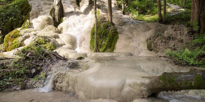 Tag et klatretur op af det hvide vandfald